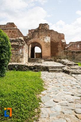 alee-pietruita-si-palatul-domnesc-ruine-palatul-petru-cercel-din-targoviste-judetul-dambovita.jpg
