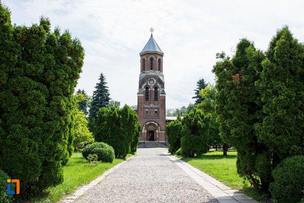alee-si-cladire-din-ansamblul-manastirea-argesului-din-curtea-de-arges-judetul-arges.jpg