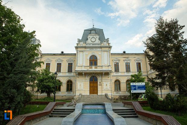 alee-si-scari-ce-duc-spre-muzeul-judeean-olt-din-slatina.jpg