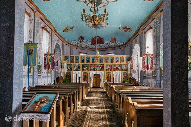 alee-spre-altar-biserica-sf-arhangheli-mihail-si-gavril-din-viile-satu-mare-judetul-satu-mare.jpg