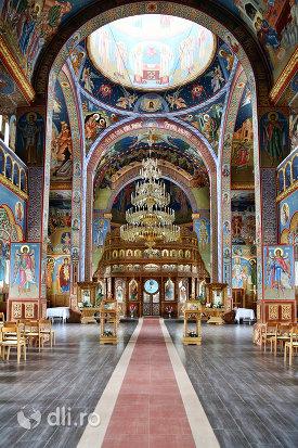 alee-spre-altar-in-biserica-sfantul-dimitri-izvoratorul-din-carei-judetul-satu-mare.jpg