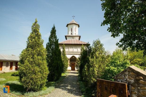 alee-spre-biserica-de-lemn-sf-voievozi-din-targu-carbunesti-judetul-gorj.jpg
