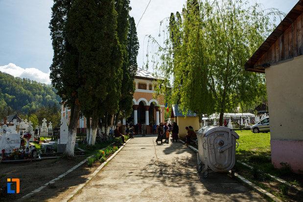 alee-spre-biserica-intrarea-maicii-domnului-in-biserica-din-brezoi-judetul-valcea.jpg