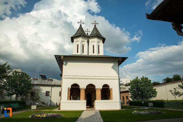 alee-spre-biserica-manastirea-clocociov-din-slatina-judetul-olt.jpg