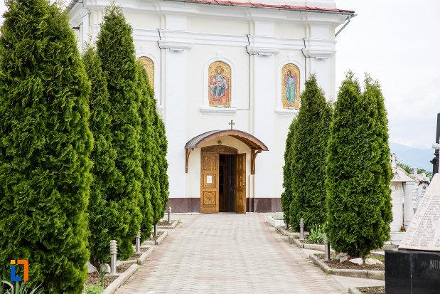 alee-spre-biserica-nasterea-sfantului-ioan-botezatorul-din-caransebes-judetul-caras-severin.jpg