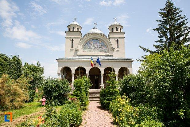 alee-spre-biserica-ortodoxa-sf-gheorghe-din-racari-judetul-dambovita.jpg