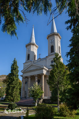 alee-spre-biserica-romano-catolica-din-baia-sprie-judetul-maramures.jpg