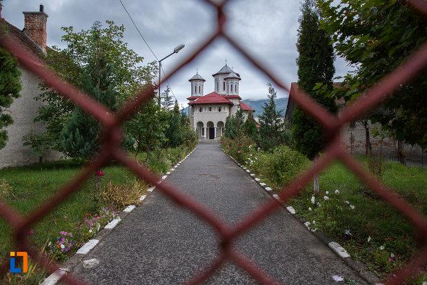 alee-spre-biserica-sf-arhangheli-mihail-si-gavril-din-zarnesti-judetul-brasov.jpg