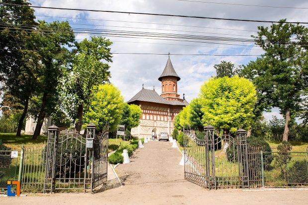 alee-spre-biserica-sf-nicolae-din-1495-biserica-domneasca-din-dorohoi-judetul-botosani.jpg