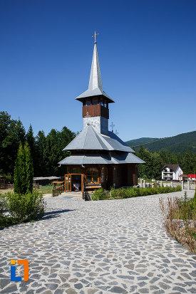 alee-spre-bisericuta-de-la-manastirea-caraiman-din-busteni-judetul-prahova.jpg