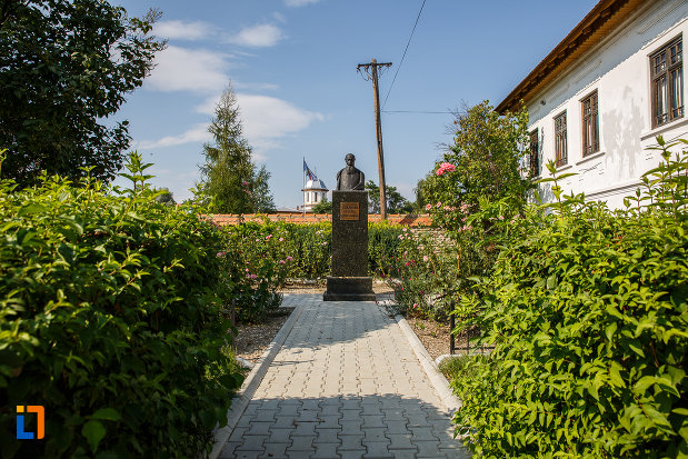 alee-spre-bustul-lui-nicolae-iorga-in-curtea-casei-din-valenii-de-munte-judetul-prahova.jpg