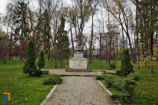 alee-spre-bustul-lui-octavian-goga-din-parcul-central-cluj-napoca-judetul-cluj.jpg