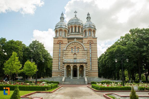 alee-spre-catedrala-ortodoxa-sf-gheorghe-din-tecuci-judetul-galati.jpg