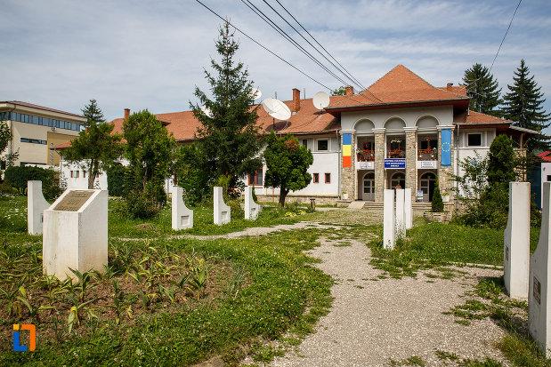 alee-spre-centru-cultural-ion-manolescu-din-breaza-judetul-prahova.jpg
