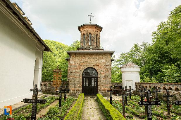 alee-spre-clopotnita-de-la-manastirea-tismana-judetul-gorj.jpg