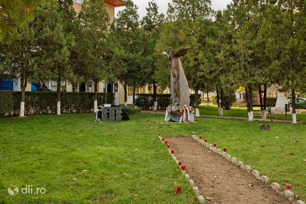 alee-spre-monumentul-comemorativ-al-grupului-anticomunist-condamnat-in-anul-1956-din-valea-lui-mihai.jpg