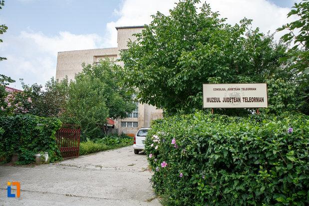 alee-spre-muzeul-judetean-de-istorie-din-alexandria-judetul-teleorman.jpg