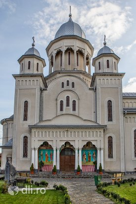 aleea-catre-catedrala-ortodoxa-din-calinesti-oas-judetul-satu-mare.jpg