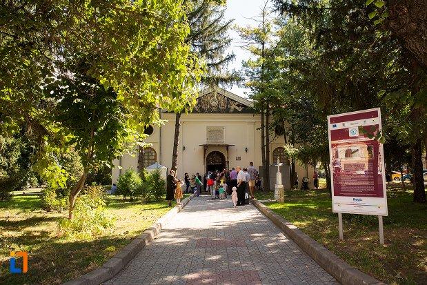 aleea-spre-biserica-sfintii-arhangheli-mihail-si-gavriil-din-braila-judetul-braila.jpg
