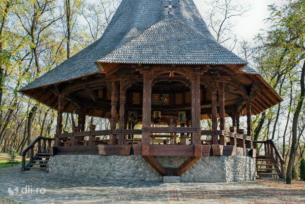 altar-cu-acoperis-din-lemn-manastirea-scarisoara-noua-judetul-satu-mare.jpg