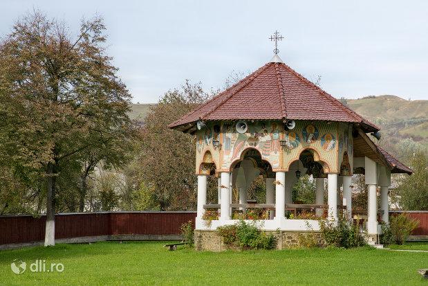 altar-de-vara-de-la-biserica-noua-din-rozavlea-judetul-maramures.jpg
