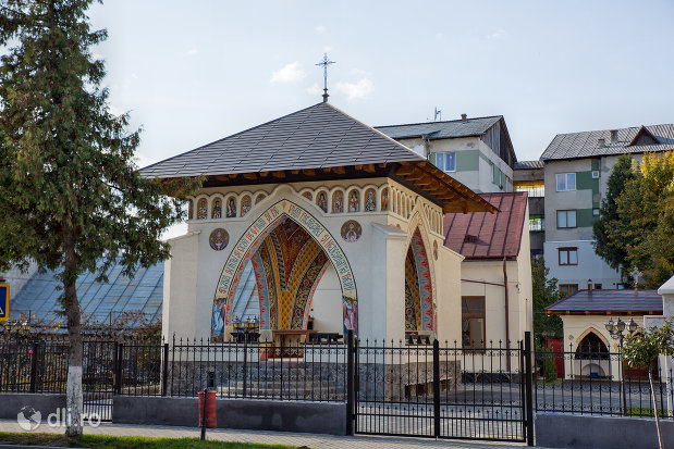 altar-de-vara-de-la-biserica-ortodoxa-adormirea-maicii-domului-din-sighetu-marmatiei-judetul-maramures.jpg