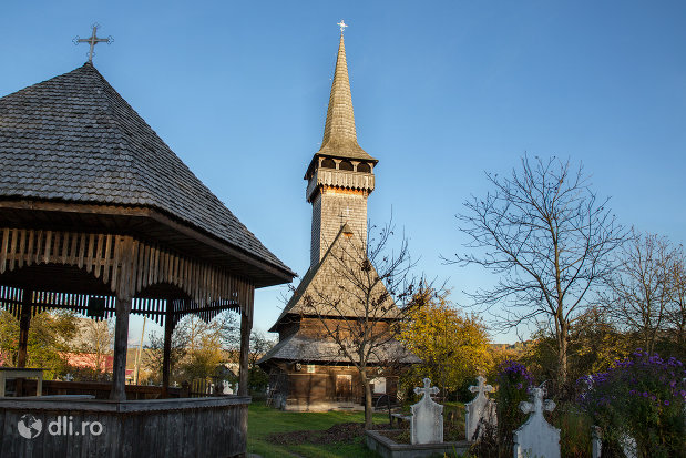 altar-de-vara-si-biserica-de-lemn-din-sat-sugatag-judetul-maramures.jpg