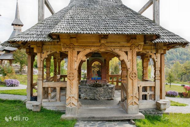 altar-in-aer-liber-manastirea-barsana-judetul-maramures.jpg