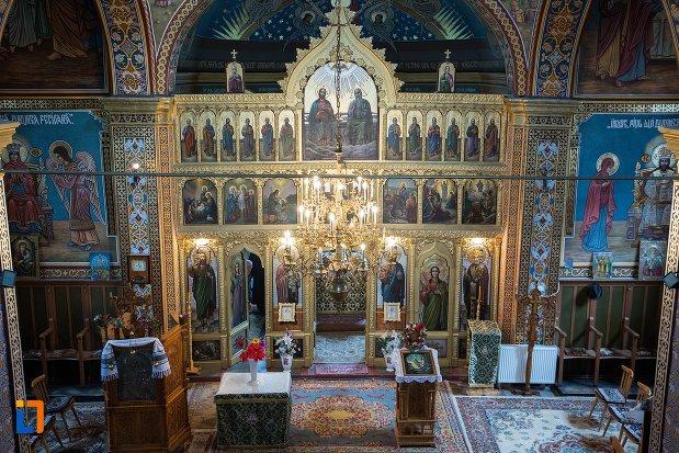 altar-si-iconostas-din-biserica-ortodoxa-veche-din-ocna-mures-judetul-alba.jpg
