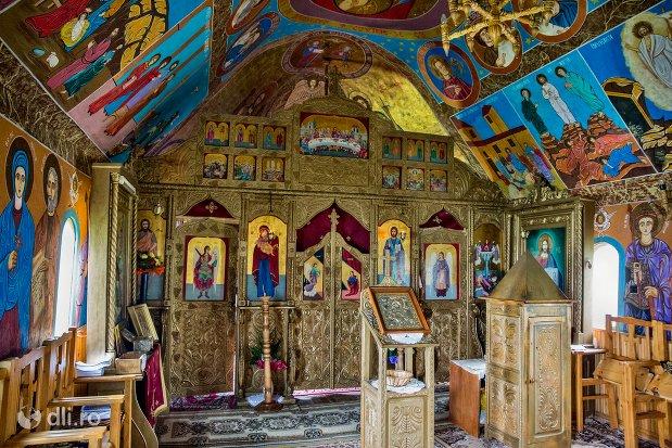 altar-si-iconostas-din-manastirea-marius-judetul-satu-mare.jpg