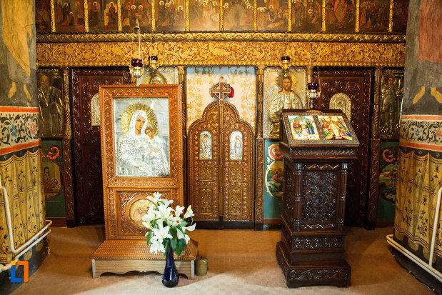 altar-si-iconostasuri-de-la-manastirea-clocociov-din-slatina-judetul-olt.jpg