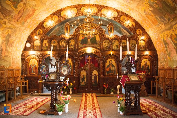 altar-si-iconostasuri-din-biserica-maieri-sf-treime-din-alba-iulia-judetul-alba.jpg