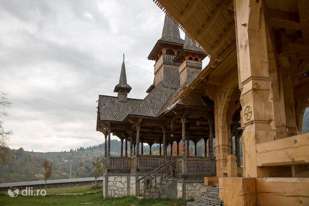 altarele-din-curtea-manastirii-adormirea-maicii-domnului-din-moisei-judetul-maramures.jpg