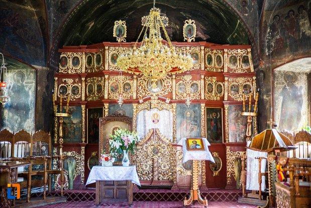 altarul-de-la-biserica-nasterea-maicii-domnului-1835-din-predeal-judetul-brasov.jpg