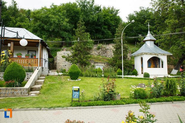 altarul-de-vara-de-la-manastirea-brazi-din-panciu-judetul-vrancea.jpg