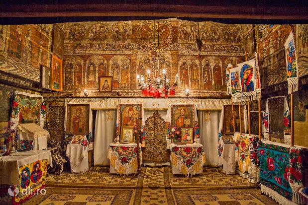 altarul-din-biserica-de-lemn-din-desesti-judetul-maramures.jpg