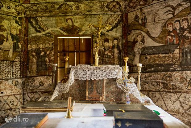 altarul-din-biserica-de-lemn-nasterea-maicii-domnului-din-calinesti-judetul-maramures.jpg