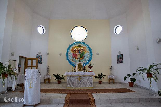 altarul-din-biserica-greco-catolica-din-vama-judetul-satu-mare.jpg