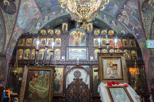 altarul-din-biserica-nasterea-maicii-domnului-din-zarnesti-judetul-brasov.jpg