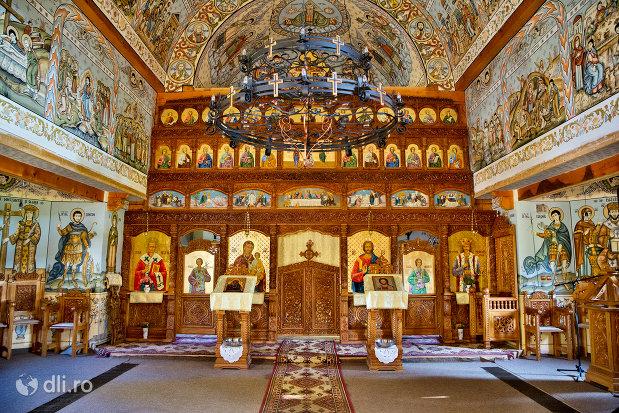 altarul-din-biserica-noua-de-lemn-din-sighetul-marmatiei-judetul-maramures.jpg