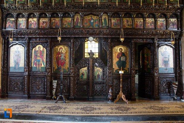 altarul-din-biserica-ortodoxa-sf-gheorghe-din-racari-judetul-dambovita.jpg