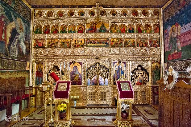 altarul-din-biserica-ortodoxa-sf-treime-din-oradea-judetul-bihor.jpg