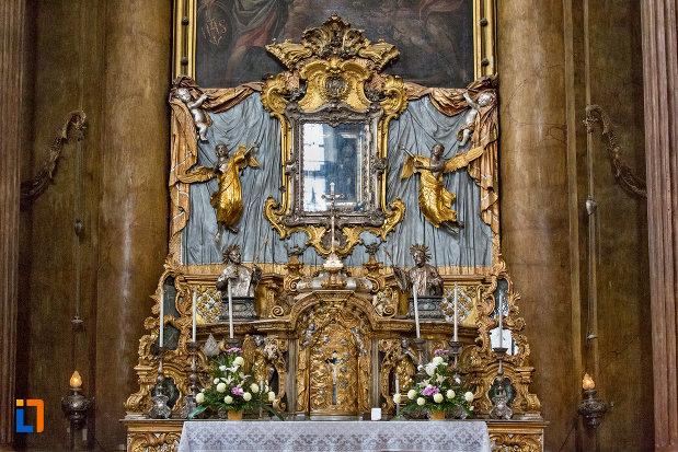 altarul-din-biserica-romana-catolica-sfanta-treime-din-cluj-napoca-judetul-cluj.jpg