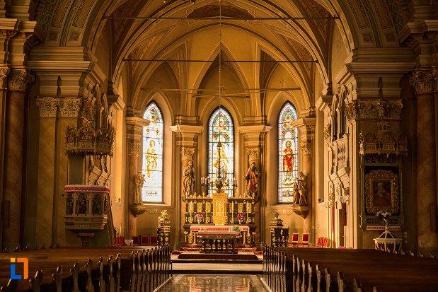 altarul-din-biserica-romano-catolica-din-brasov-judetul-brasov.jpg