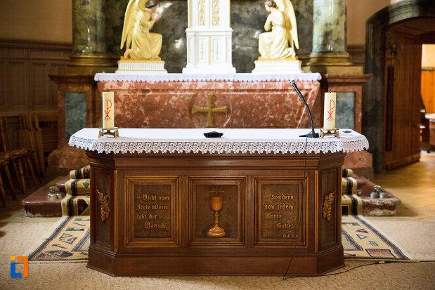 altarul-din-biserica-romano-catolica-din-caransebes-1725-judetul-caras-severin.jpg