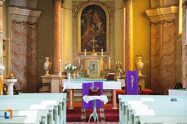 altarul-din-biserica-romano-catolica-din-ocna-mures-judetul-alba.jpg