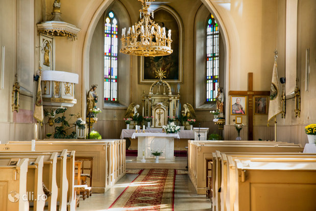 altarul-din-biserica-romano-catolica-din-seini-judetul-maramures.jpg