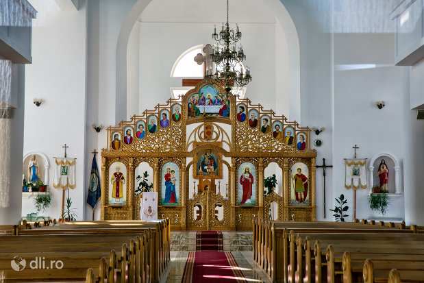 altarul-din-biserica-sf-dumitru-din-tarsolt-judetul-satu-mare.jpg