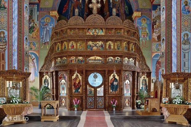 altarul-din-biserica-sfantul-dimitri-izvoratorul-din-carei-judetul-satu-mare.jpg