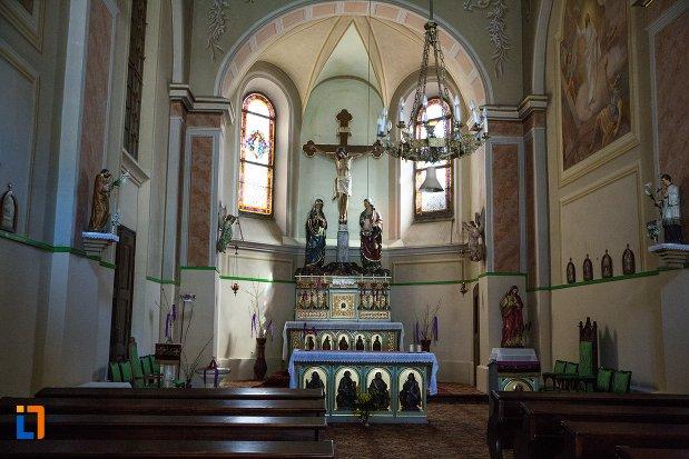 altarul-din-capela-romano-catolica-din-alba-iulia-judetul-alba.jpg
